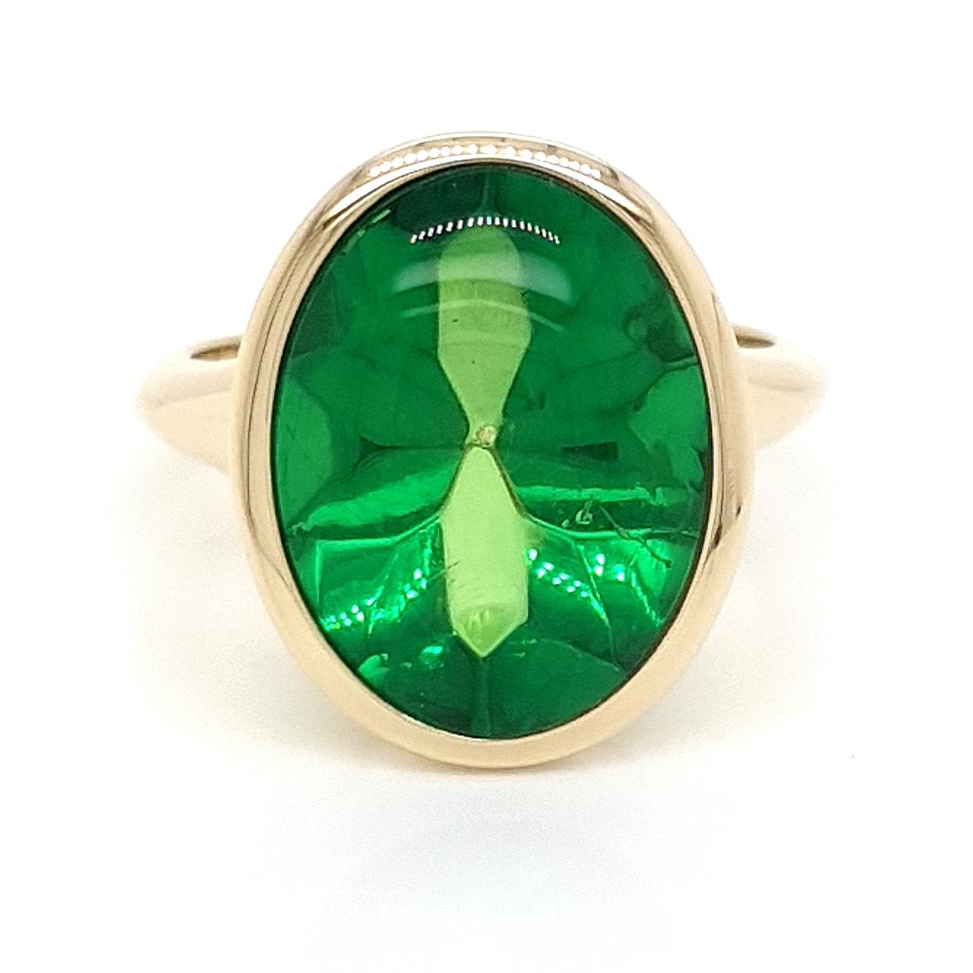 Ring mit grünem Bernstein im Bufftop-Schliff