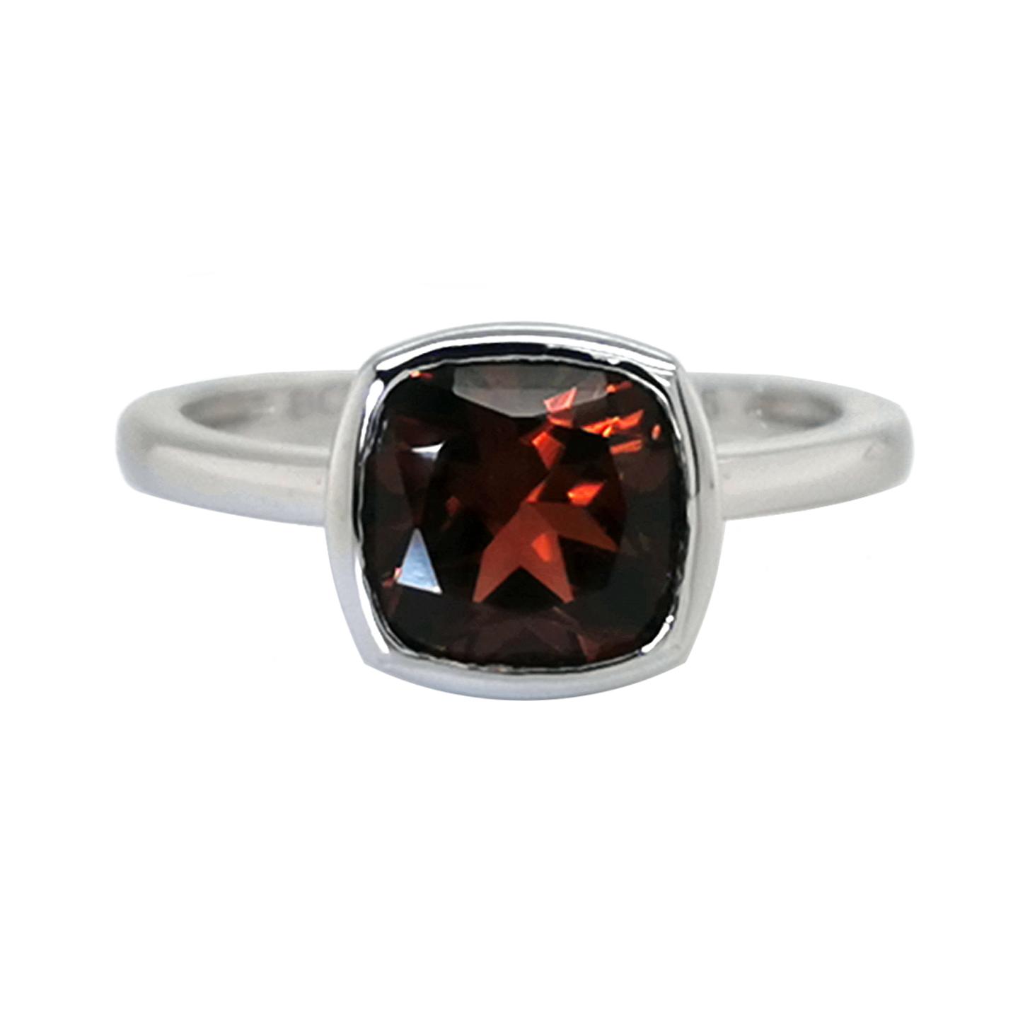 Ring mit Granat rot ca. 8x8 mm Antikschliff, ca. 2,55 ct, Zargenfassung